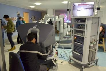 Chirurgien utilisant le robot Da Vinci Xi